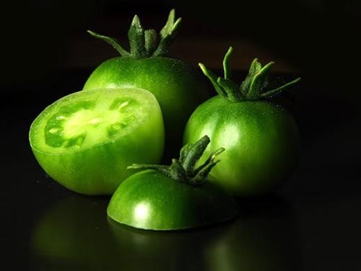Do đó, khi ăn cà chua xanh, khoang miệng có cảm giác đắng chát; sau khi ăn có thể xuất hiện các triệu chứng ngộ độc như chóng mặt, buồn nôn, nôn mửa…