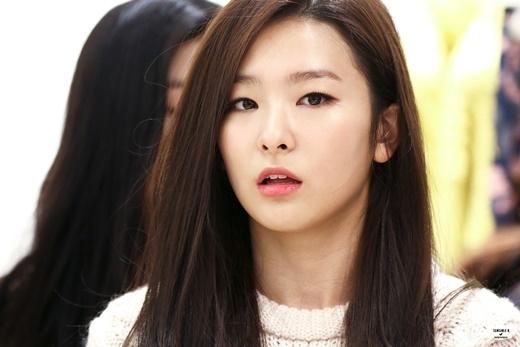 Đôi mắt một mí giúp Seulgi (Red Velvet) trông sắc sảo, xinh đẹp và nổi trội hơn hẳn các cô bạn cùng nhóm theo đuổi phong cách đáng yêu.