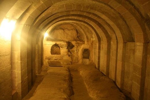 Du khách sẽ có cơ hội biết được nhiều câu chuyện lịch sử cũng như thỏa sức khám phá mê cung dưới lòng đất này.(Ảnh: Internet)