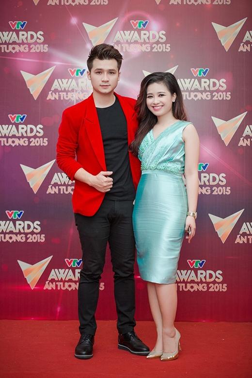 Sắc xanh bạc hà làm nổi bật làn da trắng hồng của Dương Hoàng Yến trên thảm đỏ VTV Awards2015. Tuy nhiên, chất liệu vải dễ nhăn cùng những chi tiết gấp nếp, đính ren làm cho cô trở nên đứng tuổi và có phần quê mùa.