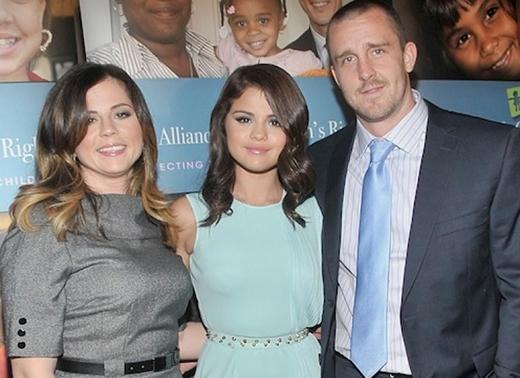 Mẹ và cha dượng đã phụ trách quản lí sự nghiệp của Selena Gomez khi cô còn là nàng công chúa Disney. Nữ ca sĩ sau đó đã trưởng thành và muốn đưa sự nghiệp của mình theo một hướng mới. Năm 21 tuổi, Selena đã quyết định sa thải quản lí của mình.