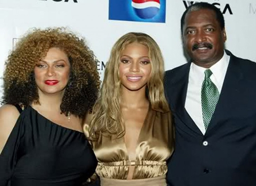Bố của Beyonce - ông Matthew Knowles đã từng khiến công chúng xôn xao vì chuyện ngoại tình. Không lâu sau khi vụ việc bị phanh phui, Beyonce đã quyết định cho ông nghỉ việc. Tuy vậy nữ ca sĩ tuyên bố rằng chuyện ngoại tình của ông không liên quan gì đến quyết định này.