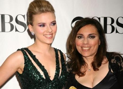 Mẹ của Scarlett Johansson đã quản lí sự nghiệp của nữ diễn viên kể từ khi cô lên 9. Sau đó, cô đã để mẹ ra đi khi kết hôn với Ryan Reynolds, và cuộc hôn nhân này đã kết thúc không lâu sau đó.