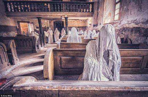 """Một trong những bức ảnh theo phong cách """"ma ám"""" của Anna. Trong hình là nhà thờ từ thế kỉ 14 St George ở Lukova, Cộng hòa Séc với những hình nhân u ám trùm khăn trắng, ngồi bất động trong lễ đường."""