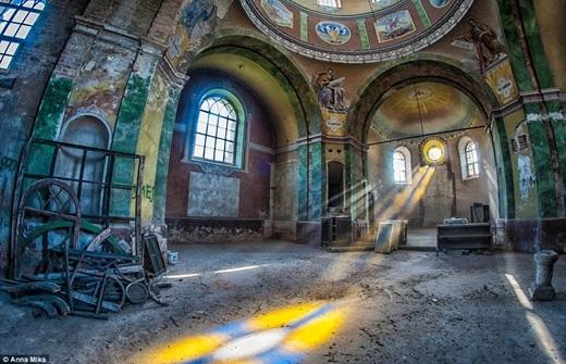 Ánh sáng xuyên qua khung cửa tò vò và nhuộm màu cho không gian của một nhà thờ chính tòa bị bỏ hoang ở Ba Lan.
