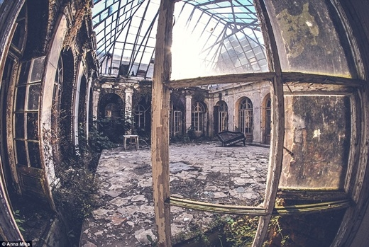 Một chiếc đàn piano cũ nát phủ phục trước khung cảnh hoang tàn trong một cung điện Ba Lan đổ nát.