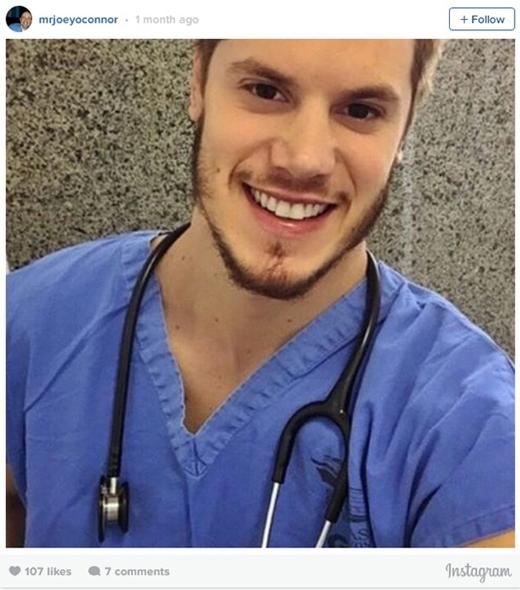 Một chàng bác sĩ với nụ cười tỏa nắng và hàm râu nam tính ngời ngời.