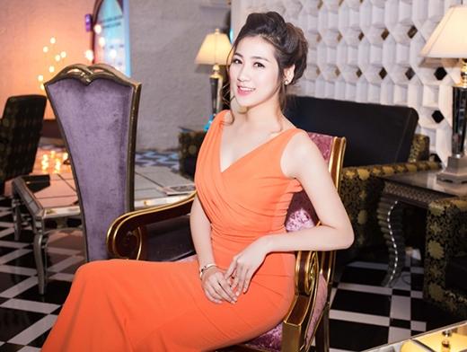 Sắc cam nóng bỏng cùng phom váy ôm sát giúp á hậu Dương Tú Anh phô diễn khéo léo vẻ đẹp hình thể. Cô chọn kiểu trang điểm tự nhiên càng làm tôn lên những đường nét thanh tú trên gương mặt.