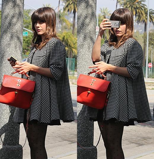 Cô nữ sinh trong bộ phim truyền hình One Tree Hill nổi tiếng với sở thích lạ lùng là thích chụp hình các paparazzi. Để chuyên nghiệp hơn, Sophia Bushcó chuẩn bị một hình dán phía sau điện thoại để thông báo với họ rằng: Cười lên nào!.
