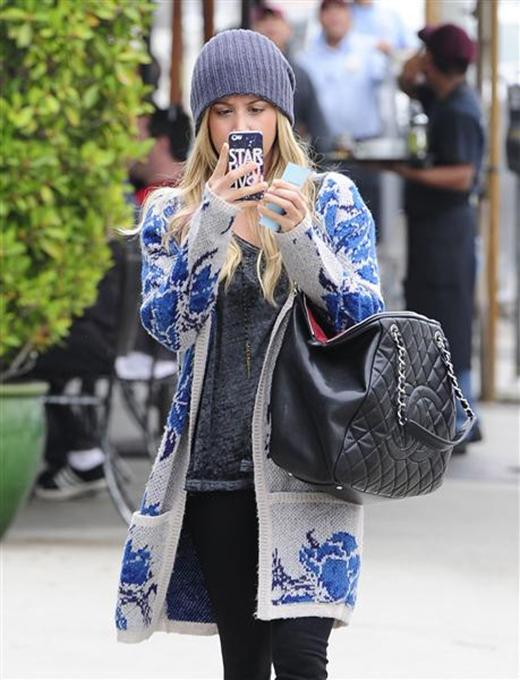 Ashley Tisdale luôntập trung cao độ cho việc chụp ảnh. Tuy nhiên, nhiều người hâm mộ cho rằng cô nàng nên tập vừa đi vừa chụp nếu muốn trở thành một paparazzi chính hiệu.