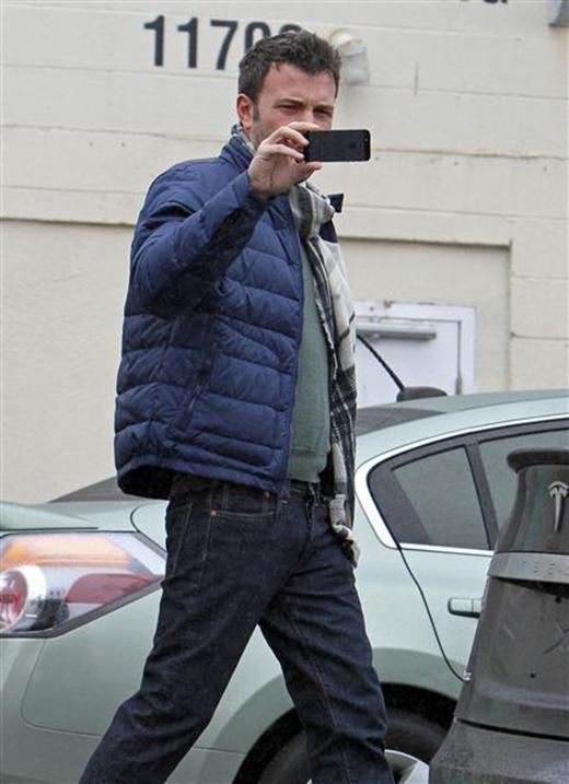Ben Affleck trông có vẻ không hứng thú với việc bị chụp ảnh, có thể nam diễn viên đang cố gắng ghi lại hình ảnh của từng tay săn ảnh để kiện họ.
