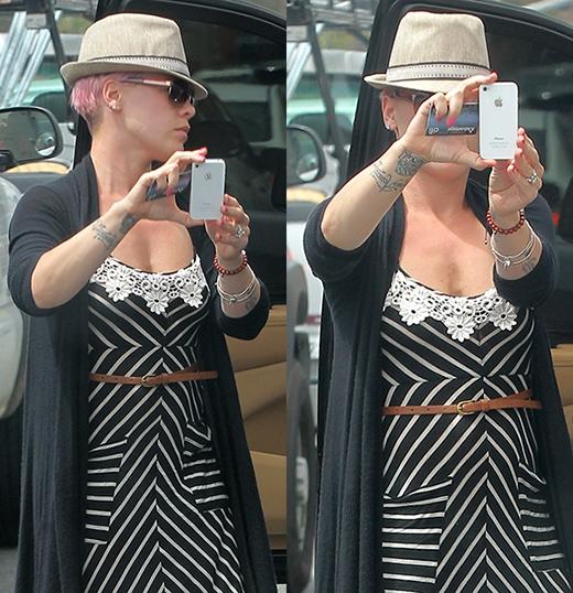 Pink cố gắng chụp lại các tay săn ảnh hoặc cũng có thể cô đang quảng cáo 'trá hình' cho chiếc điện thoại Iphone.