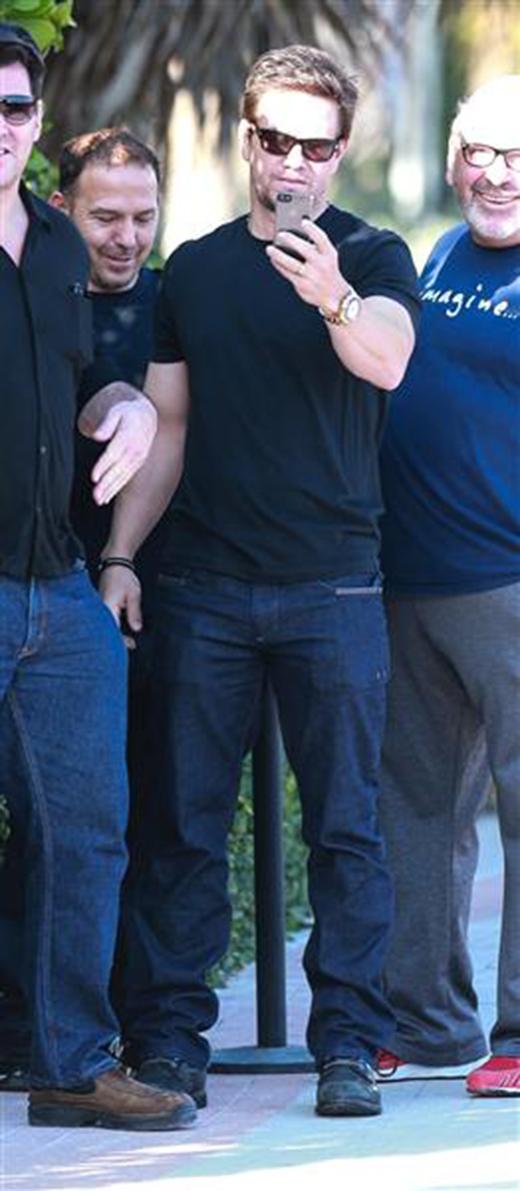 Mark đã làm cho hội bạn cười ngả nghiêng khi anh đối phó với paparazzi bằng cách chụp hình họ lại.