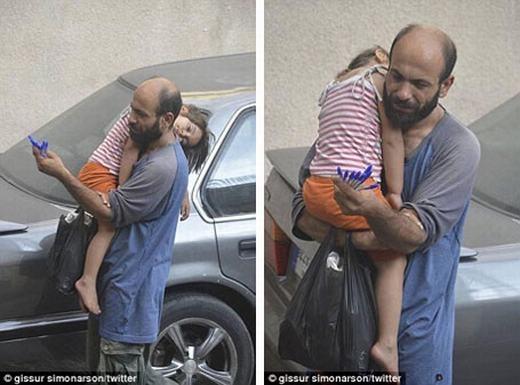 Hình ảnh người cha tị nạn vừa ôm con ngủ trên lưng vừa bán bút bi khiến hàng triệu người lay động. Người đàn ông trong bức ảnh có tên làAbdulvà cô con gái 4 tuổiReemphải kiếm sống qua ngày vì không có gì để ăn uống. Họ di chuyển từ Palestine sang Syria tị nạn vì lo sợ trở thành nạn nhân của những cuộc giao tranh.