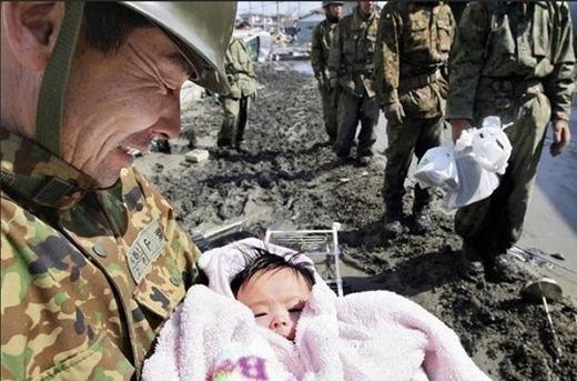 Kì tích đã xảy ra sau trận động đất và sóng thần ở Nhật Bản tháng 3/2011. Em bé 4 tháng tuổi này đã sống sót thần kì sau 4 ngày nằm dưới đống đổ nát.