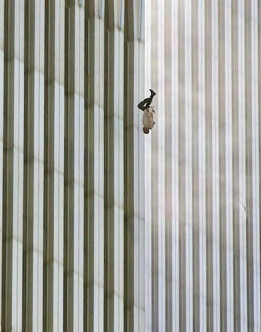 Một người đàn ông rơi khỏi Trung tâm Thương Mại Thế giới (WTC) tại New York (Mỹ) ngày 11/9/2001 - ngày xảy ra thảm họa kinh khủng nhất lịch sử nước này. Đây chỉ là 1 trong số hơn 200 người đang đứng phía trên nóc nhà khi đó. Sự tuyệt vọng, bế tắc đến mức khiến anh phải gieo mình xuống từ độ cao chết người đã thật sự khiến dư luận bị ám ảnh.