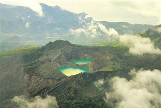 """Bí ẩn hồ đổi màu """"ma quái"""" ở Indonesia"""