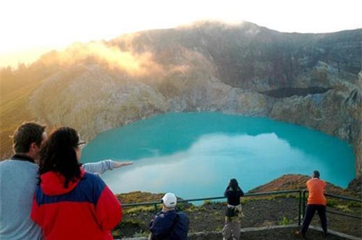 Nước trong các hồ này lại thay đổi màu sắc một cách định kỳ khác nhau từ đỏ và nâu sang màu ngọc lam và xanh lục.