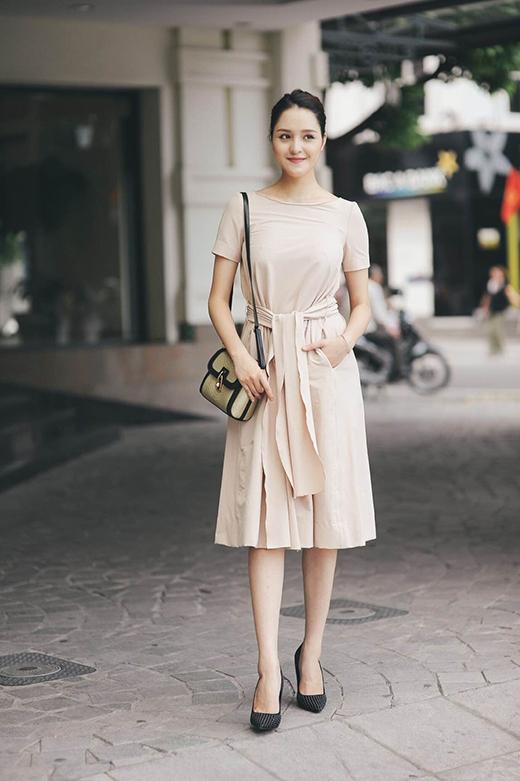 Thiết kế tạo điểm nhấn với phần thắt lưng to bản được thực hiện đồng điệu về màu sắc và chất liệu với bộ trang phục.