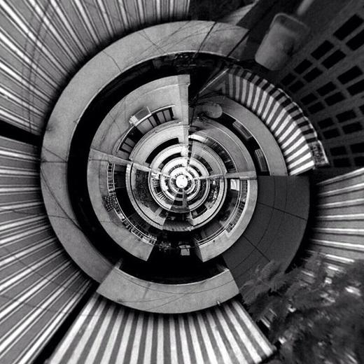 Cầu thang chung cư nhìn từ trên xuống qua hiệu ứng đặc biệt. (Nguồn IG @hrychkmcmxciii)