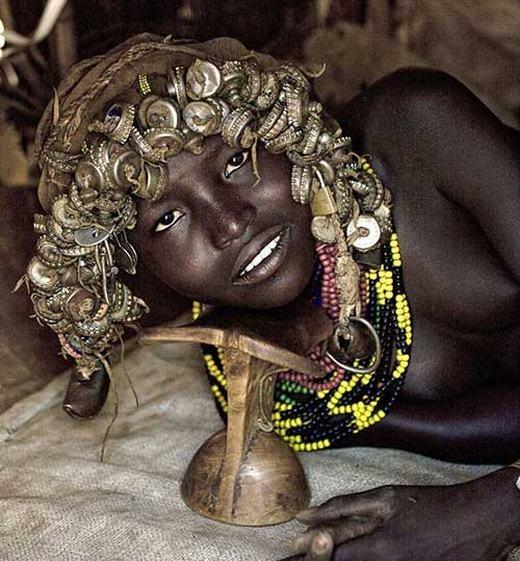 Độc đáo bộ tộc xem nắp chai là của gia bảo
