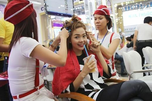 Minh Hằngmở đầu ngày mới bằng việc đến tiệm làm tóc quen thuộc. - Tin sao Viet - Tin tuc sao Viet - Scandal sao Viet - Tin tuc cua Sao - Tin cua Sao