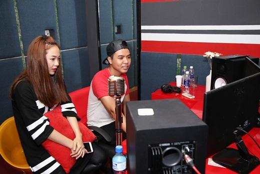 Nữ ca sĩ cùng nhạc sĩ Đỗ Hiếu trao đổi về ca khúc chuẩn bị thu âm. - Tin sao Viet - Tin tuc sao Viet - Scandal sao Viet - Tin tuc cua Sao - Tin cua Sao