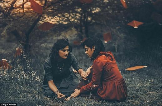 Và rồi, Maitreyi dẫm phải một cái gai, Alpana rấtlo lắng, cô cố gắng làm giảm cơn đau cho người mình yêu.