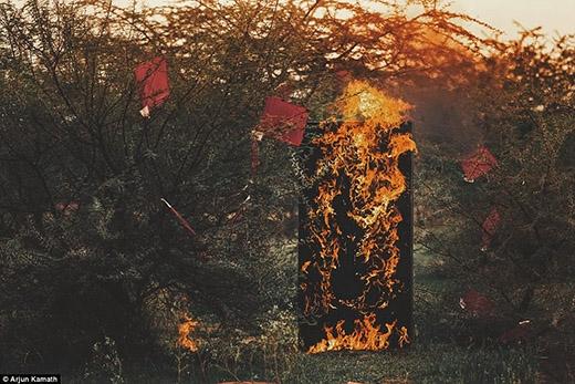 Ngọn lửa bùng cháy, thiêu rụi tất cả: con người, tình yêu, kí ức, sự sống, ước mơ...