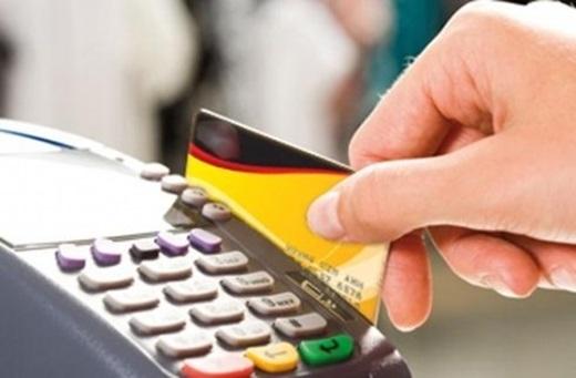 Một số kẻ cắp tài khoản chỉ muốn lấy thông tin của bạn trước rồi mới bắt đầu xâm nhập và rút hết tiền ra. Chúng thường sử dụng một thiết bị sử dụng sóng radio có thể sao chép thông tin thẻ từ xa khi bạn đang quẹt thẻ ở một quán ăn hay cửa hàng nào đó. Vì thế,nên hạn chế quẹt thẻ nếu không thật sự cần thiết.(Ảnh Internet)