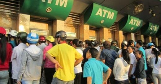 Khi rút tiền ở máy ATM, hãy quan sát kĩ và đề phòng những người có hành động khả nghi hoặc bất thường quanh đó.(Ảnh Internet)