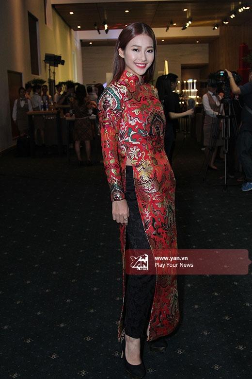 Vẫn với sắc đỏ nổi bật nhưng Khả Ngân lại chọn tạo hình cổ điển, kín đáo trong tà áo dài truyền thống của nhà thiết kế Thủy Nguyễn.