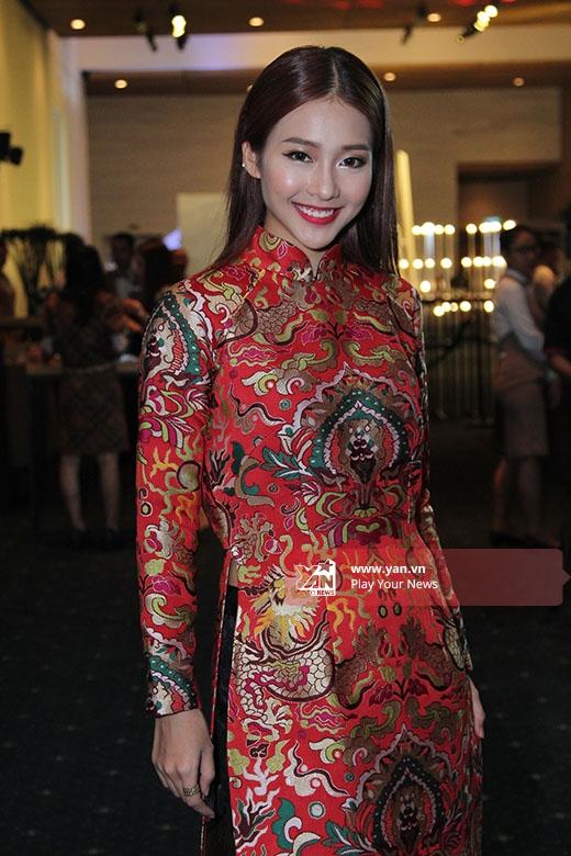Điểm nhấn của bộ trang phục nằm ở phom áo rộng, phóng khoáng cùng những họa tiết rồng phượng nổi bật trên nền chất liệu gấm cao cấp.