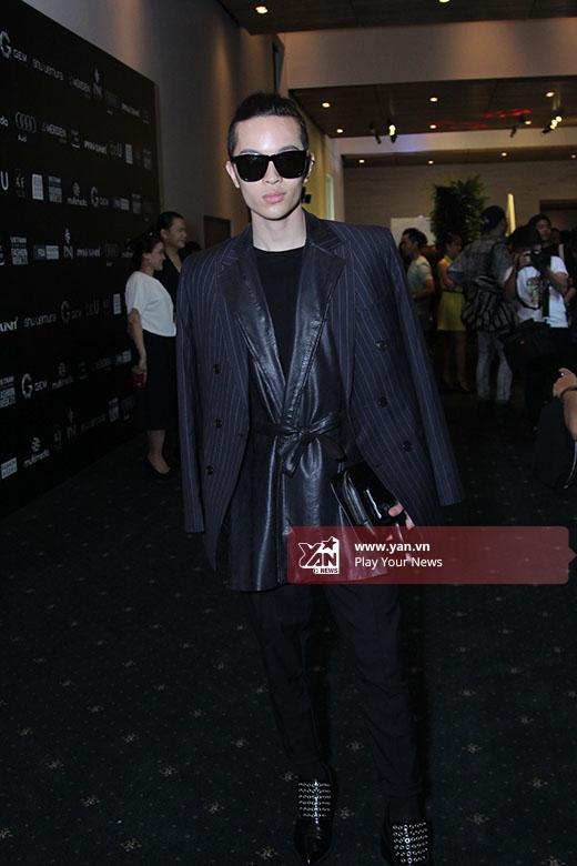 Kelbin Lei vẫn trung thành với sắc đen cùng kiểu trang phục được phối nhiều lớp.