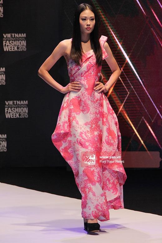 Hoa hậu Thùy Dung, Khả Ngân đọ dáng trong trang phục đỏ nổi bật