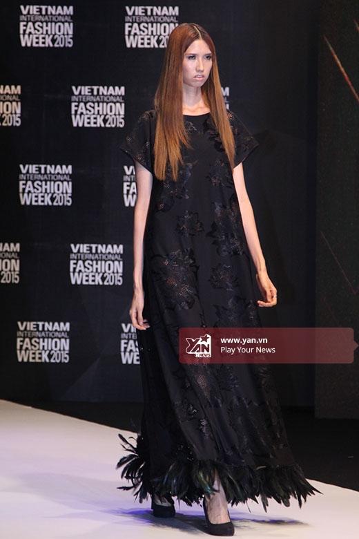 Chân dài 1m90 - Hồng Xuân diện mẫu váy đen rộng suông dài của nhà thiết kế Thủy Nguyễn.