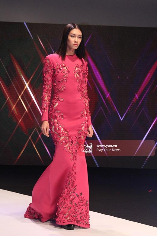 Nguyễn Oanh khoe đường cong nóng bỏng trong chiếc váy đuôi cá tông hồng tạo điểm nhấn bởi những họa tiết cắt laser tinh tế.
