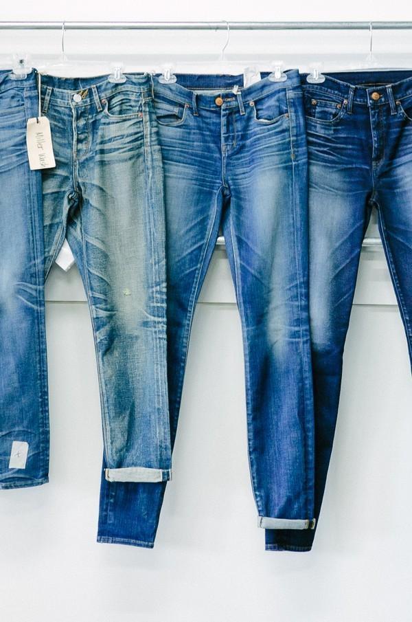 Hãy cho quần jeans vào máy sấy khoảng 10 phút trước khi phơi để quần jeans không bị cứng khi khô nhé!