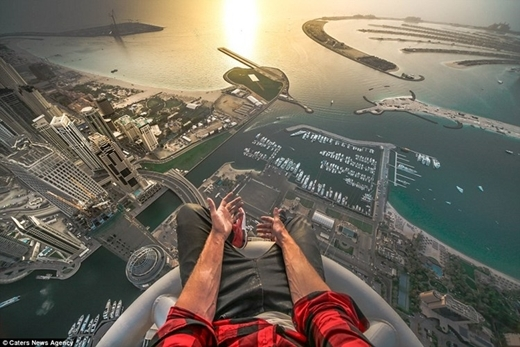 Thót tim với màn chụp ảnh tự sướng trên nóc tòa nhà chọc trời
