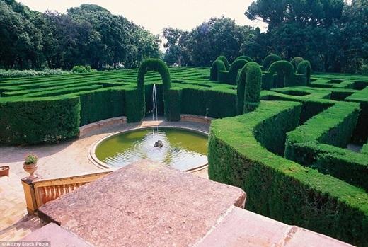 Mê cung Parc del Laberint d'Horta, Barcelona, Tây Ban Nha được tạo thành từ những cây bách với điểm nhấn là bức phù điêu cẩm thạch chạm khắc hình ảnh công chúaAriadne và hoàng tửTheseus cùng tượng thần Eros ở trung tâm. (Ảnh:Internet)