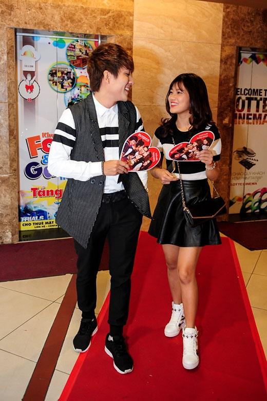 Huy Nam và Hoàng Yến Chibi không ngần ngại đùa nghịch cũng như trao cho nhau những cử chỉ thân mật trước khi vào thưởng thức phim.