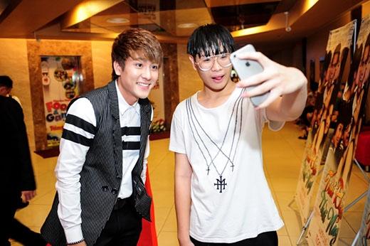 Huy Nam chụp ảnh cùng người hâm mộ và 6 diễn viên trong phim.