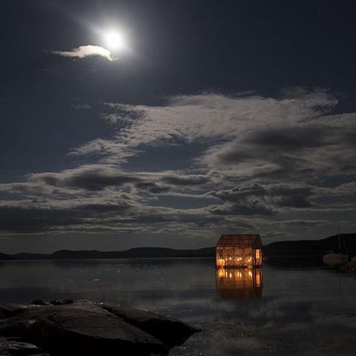 Một đêm trăng tịch mịch nhưng yên bình ởBurlington, Newfoundlanders.(Nguồn IG @nowarabx)