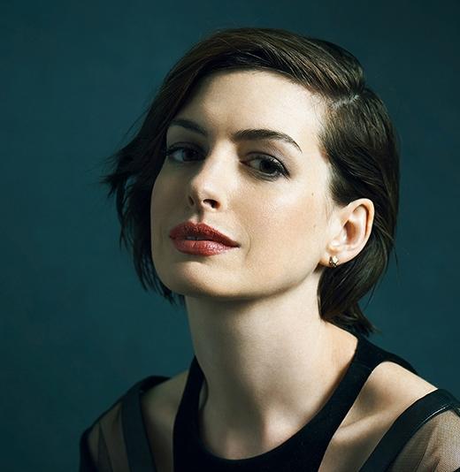 Anne Hathaway chia sẻ: Ôi trời, nó là một mối tình rất tồi tệ. Một sự chia tay đáng xấu hổ, nhưng những gì tôi phải trải qua không có gì là lớn lao so với người khác. Tôi nghĩ điều tôi đã học được chính là một trải nghiệm tình yêu tệ hại. Không việc gì sợ những mối quan hệ lãng mạn mới, nhưng bạn phải thật sự thành thật với đối phương rằng mình đã từng bị tổn thương như thế nào và hi vọng họ sẽ ủng hộ bạn trong mọi chuyện. Tất cả mọi người đều đã từng có một mối tình dang dở và đến cuối cùng, cách tuyệt vời nhất để giải quyết nó là sẵn sàng cho một mối quan hệ tốt đẹp khác.