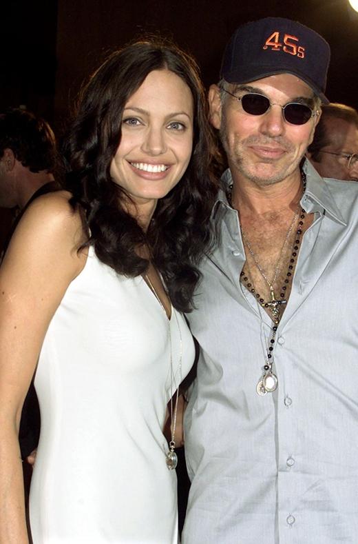Billy Bob Thornton chia sẻ về cuộc hôn nhân tan vỡ với Angelina Jolie trên trang Anderson Cooper: Ồ chúng tôi luôn là bạn bè của nhau. Cứ nhìn trên báo chí mà xem, các quý ông quý bà, đôi lúc khi nhắc đến li dị đều tự cho rằng nó sẽ trở nên xấu xí nhưng không phải vậy. Angelina và tôi là những người bạn tốt, chúng tôi nói chuyện với nhau cũng khá thường xuyên. Tôi buông tay vì nghĩ rằng bản thân không xứng đáng với cô ấy. Cô ấy có một con đường và cách sống riêng, trong khi tôi cũng lại có ngã rẽ của mình.