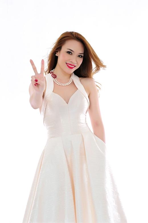 Trên poster chính thức của mùa giải năm nay, nàng họa mi tóc nâu đầy gợi cảm, nữ tính trong chiếc váy trắng ngà điệu đà với những đường cắt táo bạo, khéo léo.