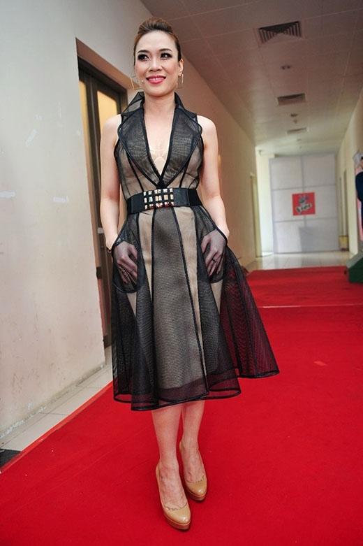 Chất liệu vải lưới mỏng tang được tạo hình thành chiếc váy xòe phủ bên ngoài thiết kế cúp ngực tông màu pastel nhẹ nhàng.