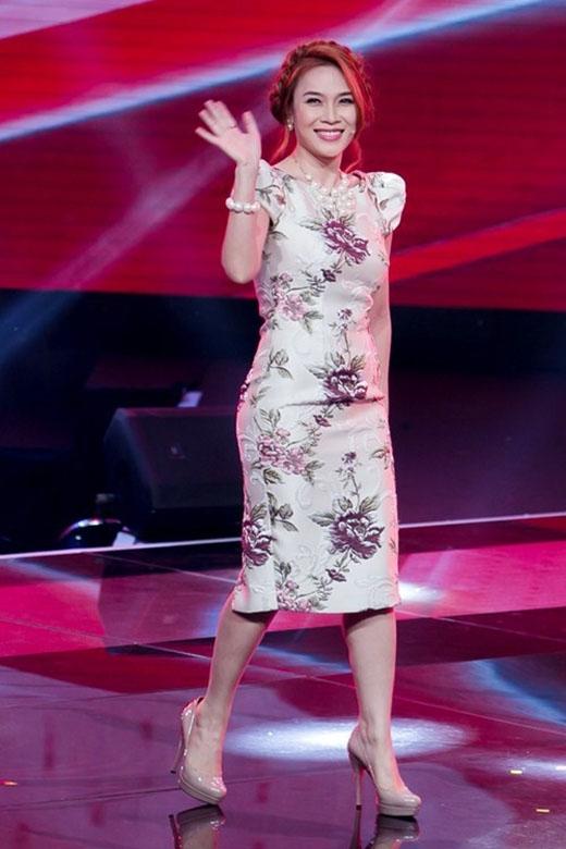 Bộ trang phục này từng khiến người hâm mộ gây bão trên mạng xã hội với những lời khen tặng có cánh dành cho nữ huấn luyện viên Giọng hát Việt 2015. Từ trang phục, phụ kiện đến kiểu trang điểm đều hòa hợp tuyệt đối từng chi tiết.