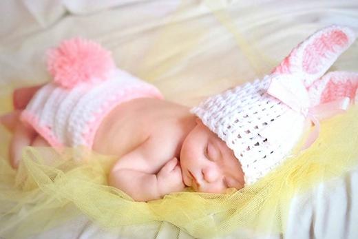 Connie như một em thỏ bé bỏng đang say giấc nồng trong vòng tay ấm áp của mẹ Julie và bố Peter.