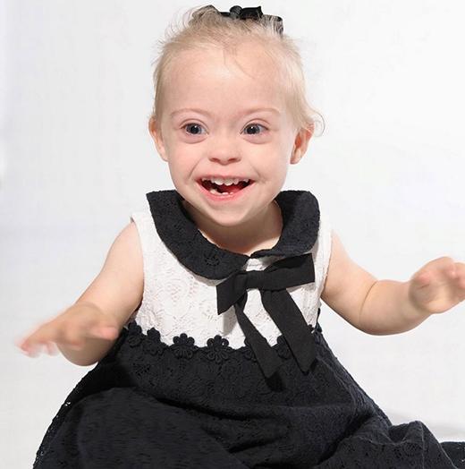 Mẹ của cô bé đã chụp lại mọi khoảnh khắc vui tươi của Connie. Nhờ vậy mà cô bé đã trở thành người mẫu nhí mắc hội chứng Down đem lại niềm tin vào cuộc sống cho những người cũng mắc bệnh như em.